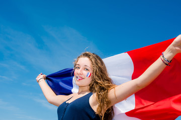 belle supporter et son drapeau