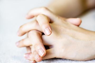 若い女性の手や指