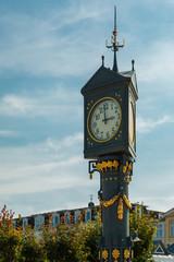 Historische Uhr an der Promenade der Ahlbecker Ostseeküste mit blauem Himmel. Insel Usedom, Deutschland
