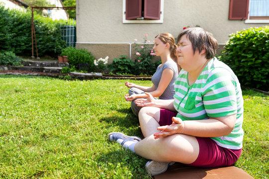 Unterricht und Therapie mit Yoga und Entspannung, geistig behinderte Frau im Garten
