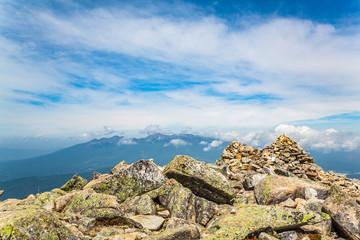 岩だらけの登山道と八ヶ岳