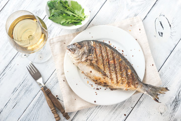 Photo sur Plexiglas Poisson Grilled gilt-head bream on the plate