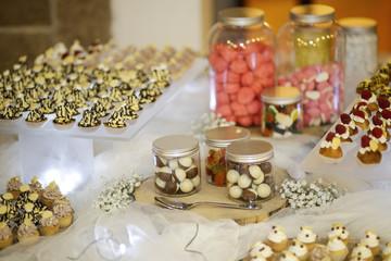 dolcetti colorati sopra un tavolo ordinato