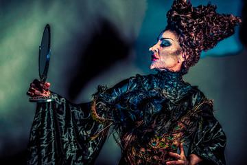 gruselige Hexe mit Handspiegel
