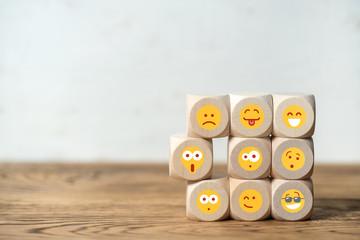 bunte Mischung an Charakteren, symbolisiert mit verschiedenen Smileys auf Würfeln