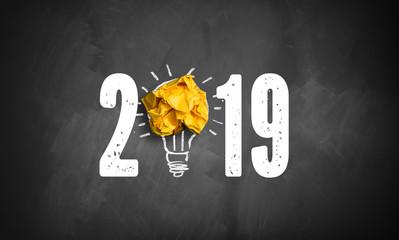 Jahreszahl 2019 mit Idee Symbol