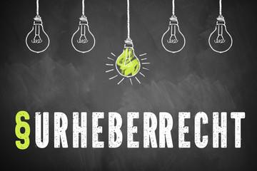 """Wandtafel mit dem Wort """"Urheberrecht"""" und einer Glühbirne als Symbol für eine Idee"""