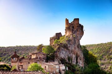 Photo sur Plexiglas Saumon Ruine du chateau du village Puycelsi, Tarn, Midi-Pyrénées, Occitanie, France