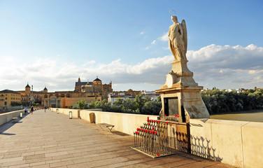 San Rafael en el puente romano con la Mezquita - Catedral al fondo. Córdoba, Andalucía, España
