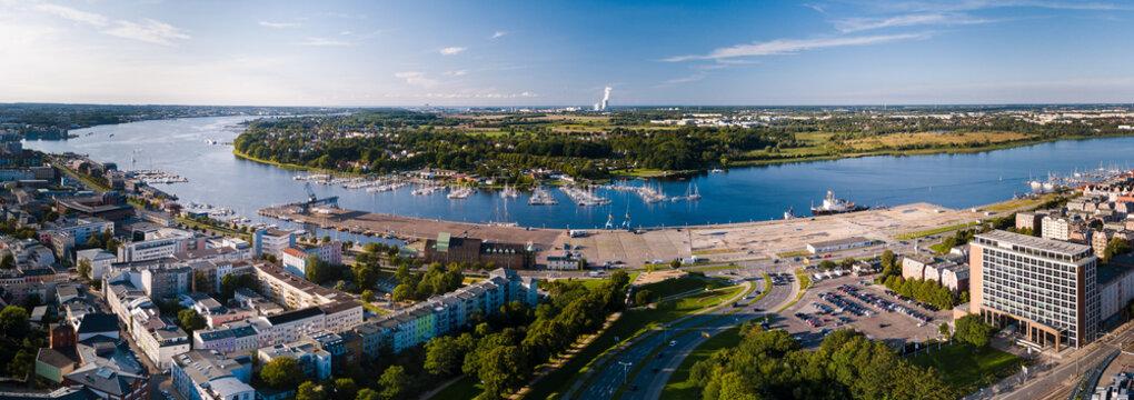 Panorama - Blick zur Warnow, Stadthafen und Yachthafen Rostock