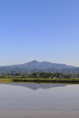水田と安達太良山(福島県・郡山市