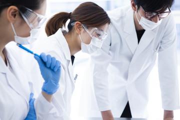 研究結果について真剣に考える女性研究員