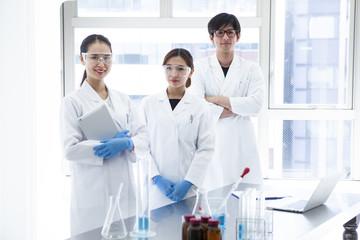 研究室の風景と研究員達のポートレート