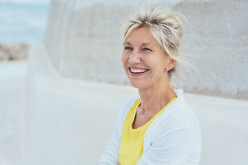 lächelnde ältere Frau genießt den Urlaub