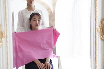 ピンク色をコーディネートされている女性