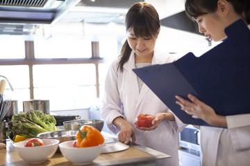 食品衛生管理を行う女性たち