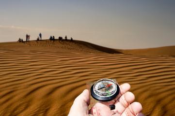 Orientarsi con la bussola nel deserto