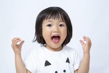 感激喜び手を上げる幼い女の子
