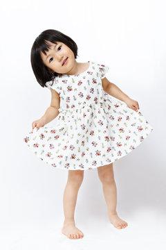スカートを持ち挨拶する日本の幼い女の子