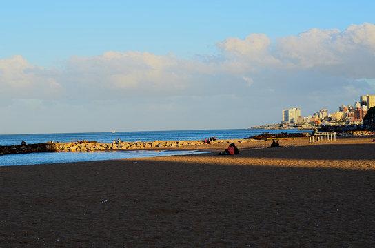 Espigón de rocas en playa de Mar del Plata, Argentina