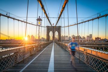 Fotomurales - Jogger auf der Brooklyn Bridge in New York City, USA