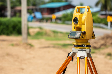 Surveyor engineer making measure at the land Fotomurales