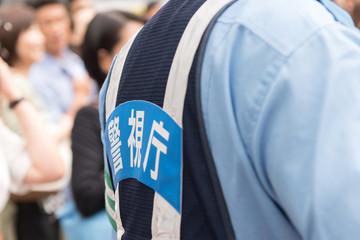 繁華街を警戒する警視庁の警察官