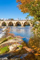 le Vidourle et le vieux pont romain à Sommières, Gard, Occitanie, France