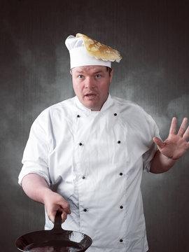 Koch hat ein missgeschick beim braten eines Pfannkuchens