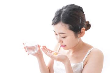 サプリメント・薬を飲む女性