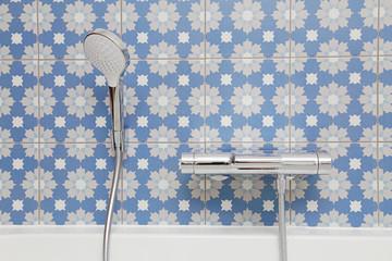 carrelage salle de bain bleu fleuri avec robinet et pommeau de douche