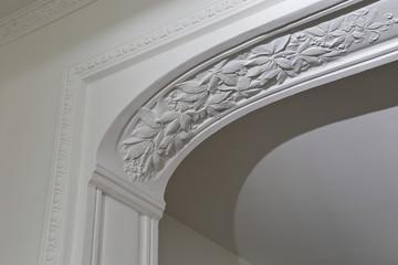 moulure plafond plâtre motifs feuilles maison ancienne