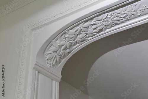 """Moulure Plafond Platre moulure plafond plâtre motifs feuilles maison ancienne """" stock photo"""