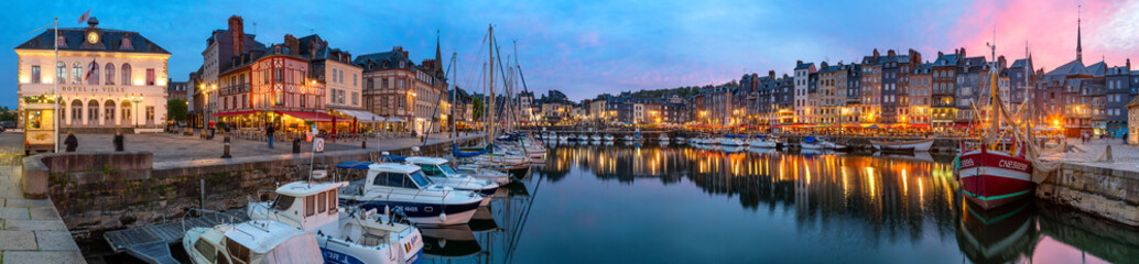 Panoramic view at dusk of the beautiful Honfleur harbour, which offers many fine restaurants overlooking the water Fototapete