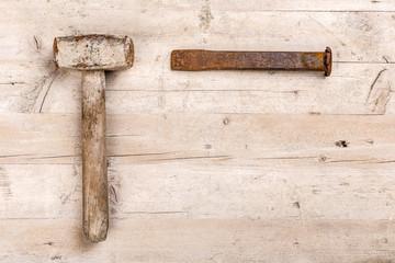 Hammer und Meißel auf Holzhintergrund