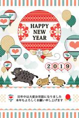 2019年亥年完成年賀状テンプレート「猪の親子と風船と気球」HAPPYNEWYEAR