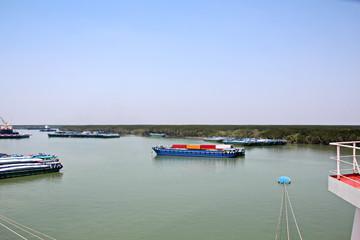 Выгрузка судна  в порту Сайгон, Вьетнам, река Меконг