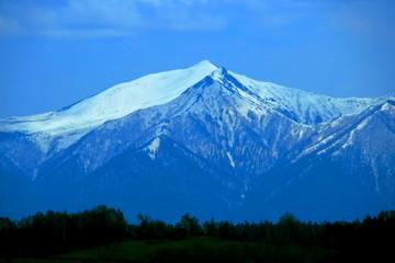 北海道、美瑛町、残雪残る十勝岳連峰の風景
