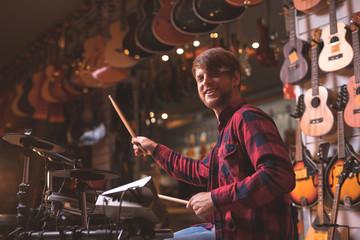 Spoed Foto op Canvas Muziekwinkel Young musician playing drums