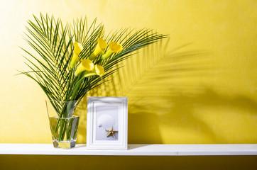 棚と黄色い壁