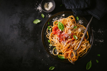 Dark plate with italian spaghetti on dark Fotomurales
