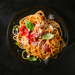 Papiers peints Nourriture Dark plate with italian spaghetti on dark
