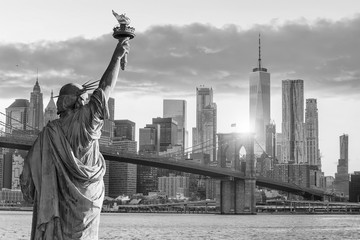 Fotomurales - Statue Liberty and  New York city skyline black and white