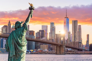 Spoed Foto op Canvas New York Statue Liberty and New York city skyline at sunset