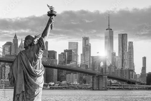 Statue Liberty And New York City Skyline Black And White Stockfotos