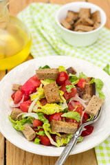 Salad with tomato, lettuce, onions and rye bread