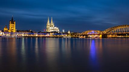 Dom zu Köln, St. Martins Kirche, Hohenzollernbrücke - Panorama bei Nacht über dem Rhein