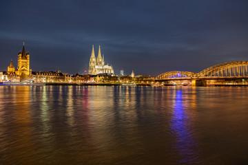 Kölner Dom, St. Martins Kirche, Hohenzollernbrücke - Panorama in Köln bei Nacht - Blaue Stunde