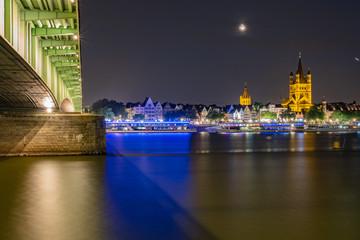 Rheinboulevard Köln bei Nacht