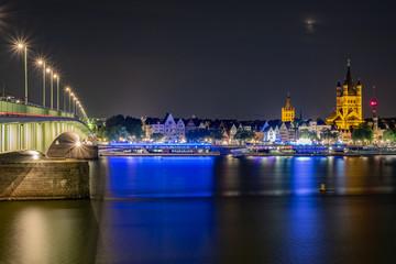 Deutzer Brücke bei Nacht mit dem Fischmarkt und der St. Martinskirche im Hintergrund